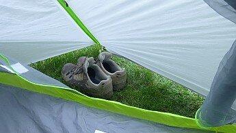 Маленький тамбур палатки в котором помещаются только ботинки