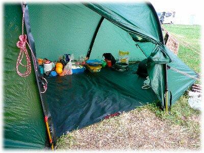 Вещи в тамбуре палатки
